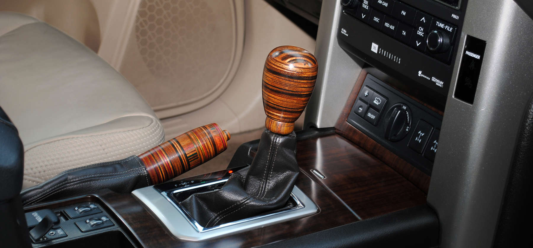 Land Cruiser Luxury shift knob & handbrake